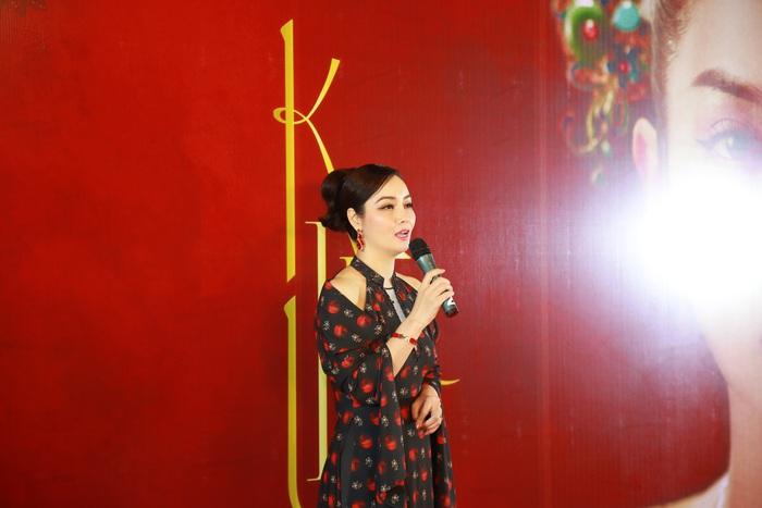 Nhà sản xuất, đạo diễn, diễn viên Mai Thu Huyền lựa chọn mẫu áo dài sang trọng, tôn lên vẻ đẹp kiêu sa, quyền lực