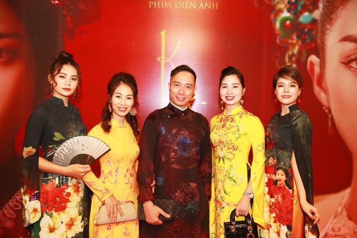 NTK Huyền Nguyễn, Vân Navi mang đến buổi công chiếu những mẫu áo dài vàng tươi rực rỡ. Đây cũng là 1 trong 3 tông màu chủ đạo của buổi ra mắt phim (đỏ, đen, vàng)