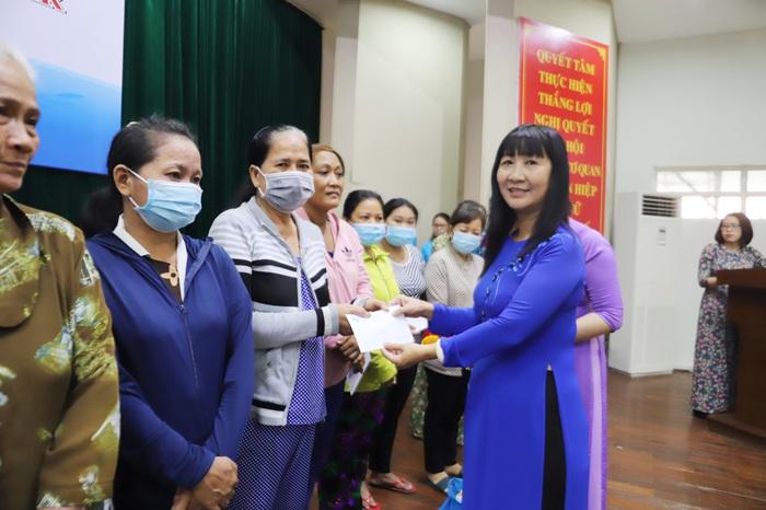 Chúc mừng Tết Chôl Chnăm Thmây và tặng 150 phần quà cho phụ nữ Khmer - Ảnh 1.