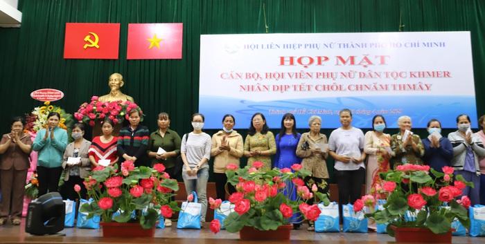 Chúc mừng Tết Chôl Chnăm Thmây và tặng 150 phần quà cho phụ nữ Khmer - Ảnh 3.