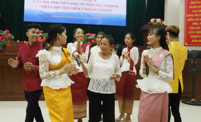 Chúc mừng Tết Chôl Chnăm Thmây và tặng 150 phần quà cho phụ nữ Khmer - Ảnh 2.