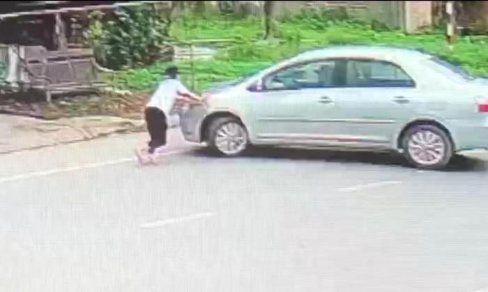 Bé gái chặn đầu xe ô tô của kẻ đã mua 2 két bia không trả tiền - Ảnh 2.