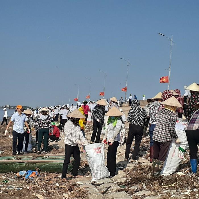 """Phụ nữ Nam Định: """"Nổi bật"""" với hơn 2.000 tuyến đường hoa - Ảnh 1."""