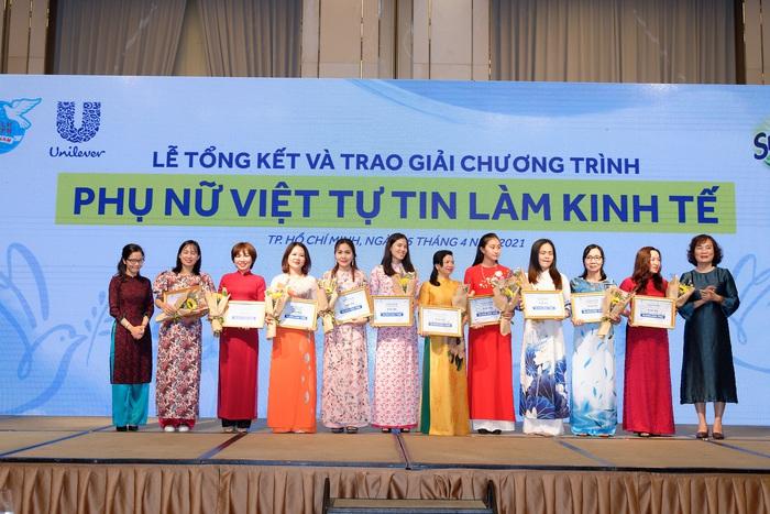 """Bà Trương Thị Thu Thủy - Trưởng ban Gia đình Xã hội Hội LHPN VN trao giải Ba """""""