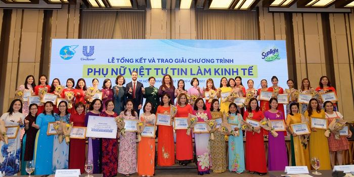 Các đại biểu và hội viên PN tươi vui  hồ hỡi tại sự kiện