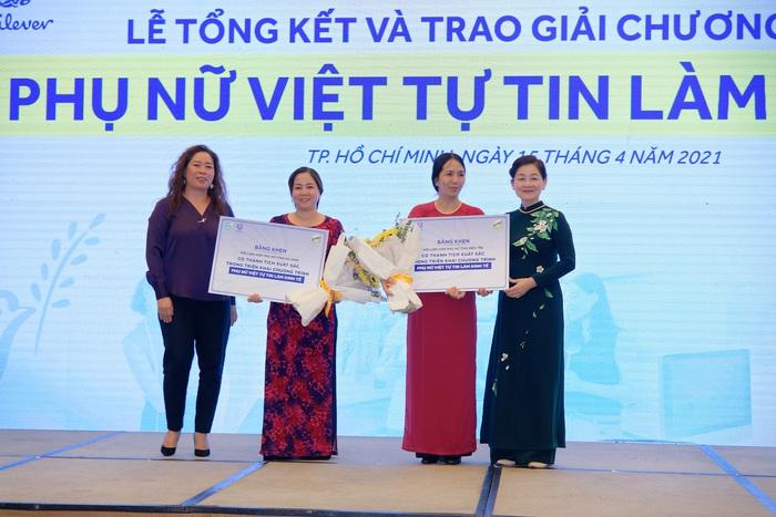 """Đại diện Hội LHPN Bến tre và Hà Nam nhận bằng khen thành tích xuất sắc trong triển khai chương trình """"Phụ nữ Tự tin Làm Kinh tế"""""""
