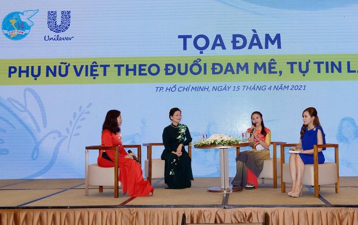 Khách mời Trần Thị Như Hoa - chủ xưởng may người khuyết tật Hoa Như Fashion chia sẻ và truyền cảm hứng về phụ nữ tự tin làm kinh tế trong phần tọa đàm