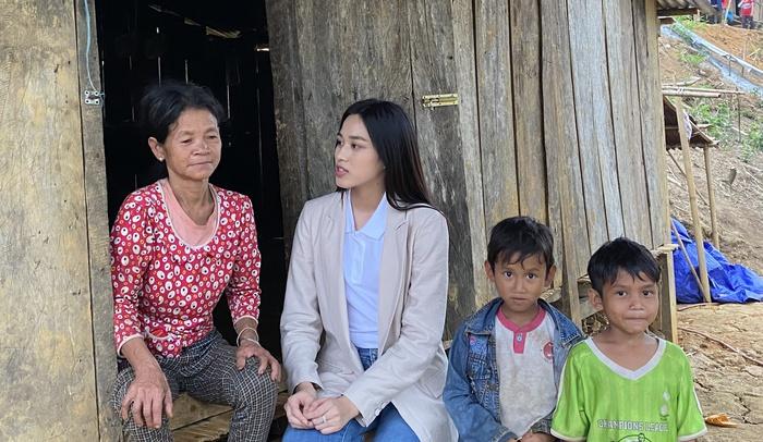 Hoa hậu Đỗ Thị Hà trèo đèo lội suối bị vắt cắn khi làm dự án nhân ái - Ảnh 2.