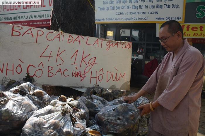 """Bắp cải, cà rốt Đà Lạt chờ người Sài Gòn """"ủng hộ dùm"""" - Ảnh 1."""