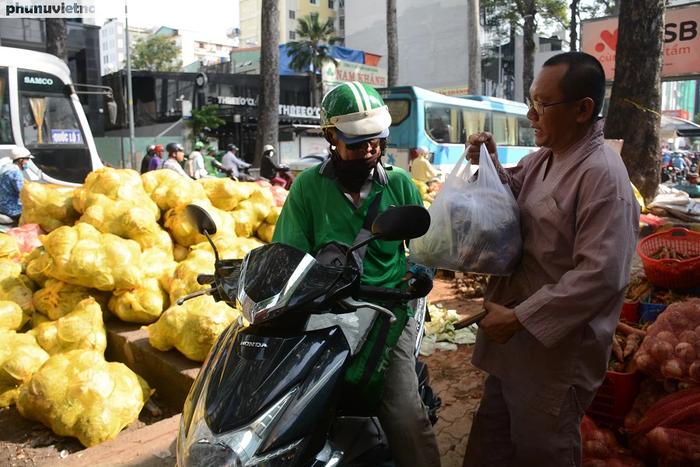 """Bắp cải, cà rốt Đà Lạt chờ người Sài Gòn """"ủng hộ dùm"""" - Ảnh 6."""
