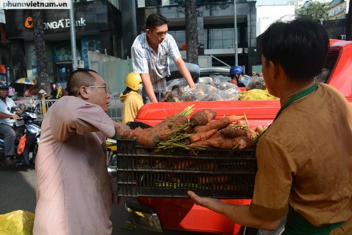 """Bắp cải, cà rốt Đà Lạt chờ người Sài Gòn """"ủng hộ dùm"""" - Ảnh 7."""