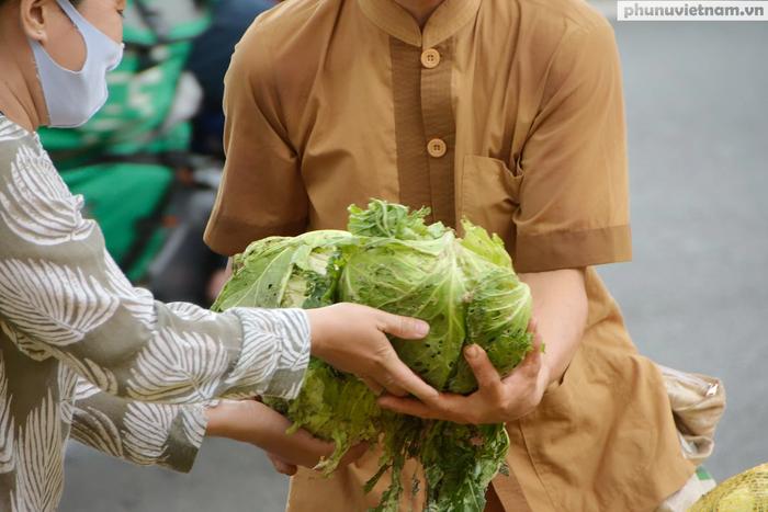 Mỗi kg bắp cải lời 500 đồng sẽ được dành để gây quĩ từ thiện tại địa phương bán hàng