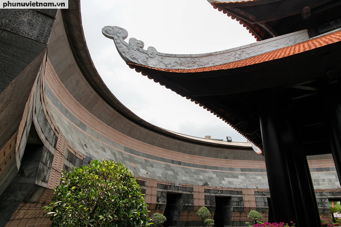 Một phần mái của chánh điện thờ. Năm 2012, đồ án thiết kế  Khu tưởng niệm các vua Hùng đã được hội đồng chấm giải thưởng Văn học nghệ thuật TP.HCM  trao giải thưởng đặc biệt