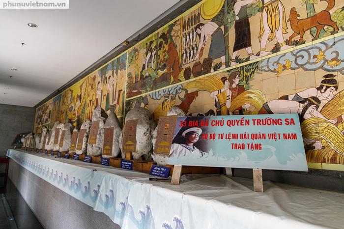 Sát cạnh chánh điện còn có khu vực trưng bày 33 Bia đá Chủ quyền Trường Sa Do Bộ Tư lệnh Hải Quân Việt Nam tặng