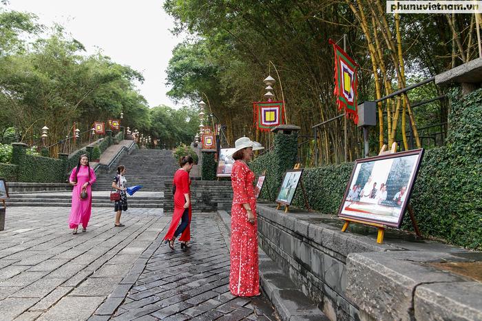 Trên lối chính dẫn lên khu vực Đền Tưởng niệm Các Vua Hùng khách dâng hương sẽ được xem triển lãm những hình ảnh về quá trình hình thành của công trình đặc biệt này