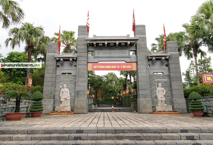 TPHCM: Người dân dâng hương tưởng nhớ các Vua Hùng trước ngày Giỗ Tổ - Ảnh 2.