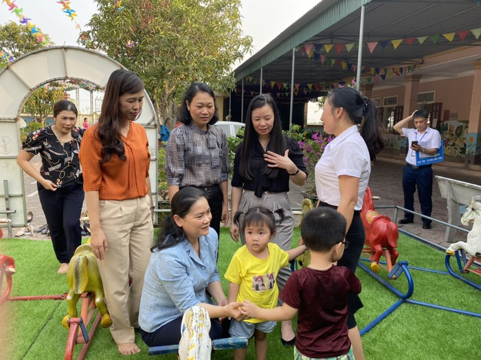 Phó Chủ tịch Hội LHPNVN, Chủ tịch Hội đồng thành viên TYM Đỗ Thị Thu Thảo thăm và tặng quà phụ nữ, trẻ em tại Nghệ An - Ảnh 1.