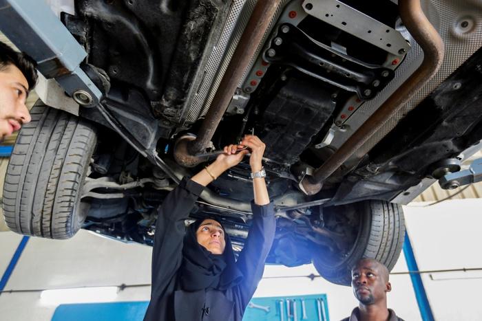 """Hành trình """"chen chân"""" vào ngành sửa chữa ô tô của người phụ nữ Ả Rập Xê Út - Ảnh 2."""