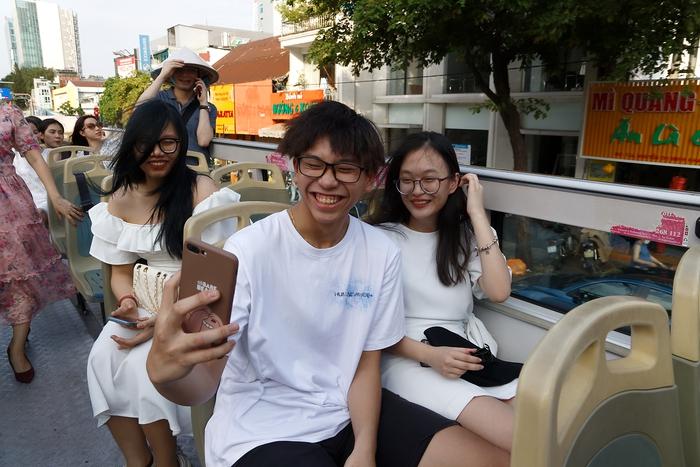 Các bạn trẻ thích thú selfie mỗi khi qua các địa điểm quen thuộc