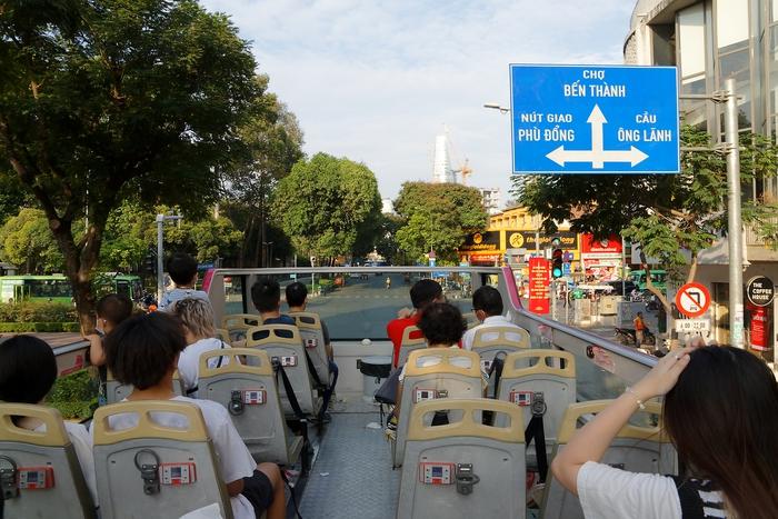 Xe chạy lần lượt qua các cung đường ở trung tâm TP với tốc độ chậm để khách có thể hóng gió và ngắm cảnh thoải mái