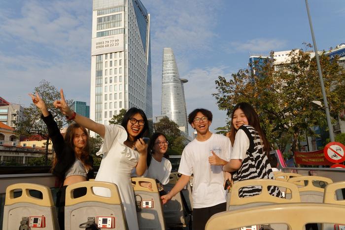 City tour cuối tuần: Lên xe buýt mui trần ngắm phố phường Sài Gòn - Ảnh 7.