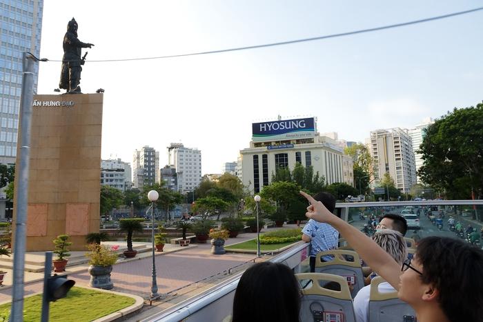Buổi chiều cuối tuần vừa tắt nắng là thời điểm thích hợp để dạo phố trên buýt 2 tầng