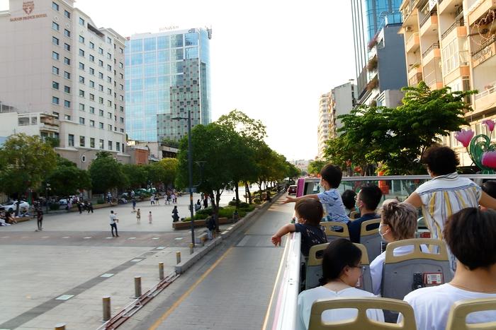 Cuối tuần lên mui xe buýt ngắm phố phường Sài Gòn - Ảnh 10.