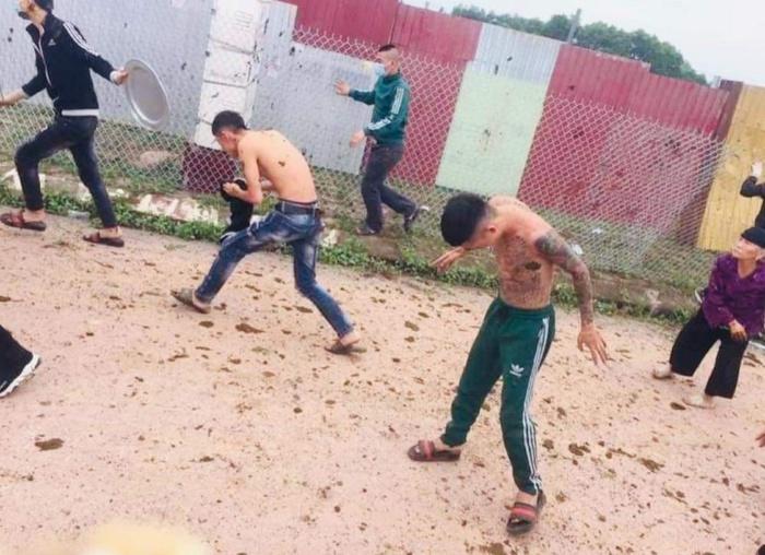Diễn biến mới nhất vụ nhóm thanh niên xăm trổ bị phụ nữ tấn công bằng phân trâu, bò - Ảnh 1.