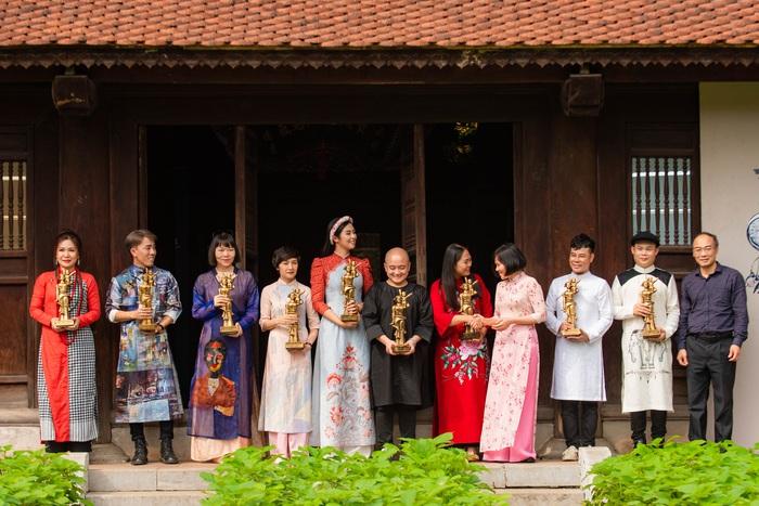 Cũng tại sự kiện, các NTK đã trao 15 mẫu áo dài cho Bảo tàng Phụ nữ Việt Nam. Đồng thời, đại diện Phụ nữ Việt Nam cũng trao tặng các NTK phiên bản mô phỏng bức tượng Mẹ Việt Nam nổi tiếng do nghệ sĩ Nguyễn Phú Cường thiết kế