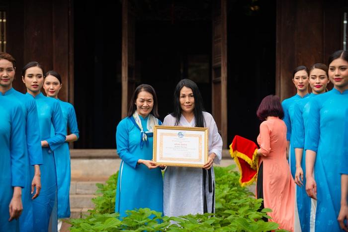 Chiều 6/4/2021, tại Văn Miếu – Quốc Tử Giám (Hà Nội), Phó Chủ tịch Hội LHPN Việt Nam Bùi Thị Hòa đã đại diện TƯ Hội trao tặng Bằng khen cho NTK Minh Hạnh