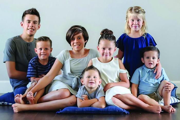 Chuyện nuôi 7 trẻ mồ côi là anh chị em ruột của cặp vợ chồng già - Ảnh 1.