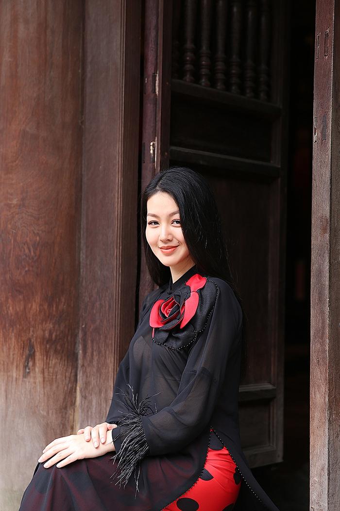 Cao Minh Tiến thiết kế áo dài lấy cảm hứng từ ngôn ngữ nước Pháp - Ảnh 3.