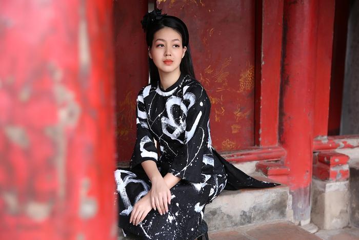 Cao Minh Tiến thiết kế áo dài lấy cảm hứng từ ngôn ngữ nước Pháp - Ảnh 1.