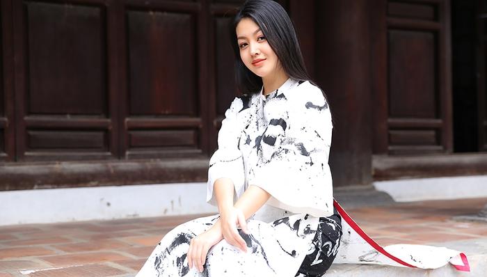 Chỉ với 3 tone mầu chủ đạo đen - trắng - đỏ nhưng những chiếc áo dài lấy cảm hứng từ ngôn ngữ của nước Pháp vẫn tạo nên được ấn tượng độc đáo