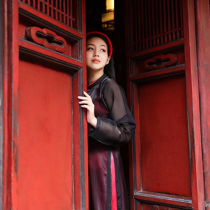 Ngoài những phom dáng áo cách tân, Cao Minh Tiến đem đến một làm gió mới khi đưa vào rất nhiều kết cấu áo dài tứ thân và ngũ thân - một sự khơi gợi truyền thống nhưng vô cùng trẻ trung, hiện đại