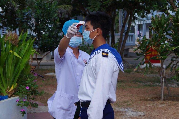 Quân dân đảo Trường Sa siết chặt công tác phòng chống dịch trước ngày bầu cử - Ảnh 4.