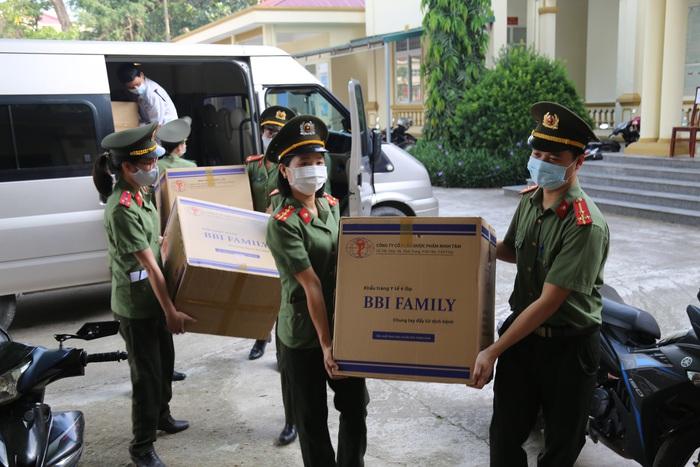 Hội phụ nữ Công an tỉnh Vĩnh Phúc tặng 50.000 khẩu trang y tế cho vùng dịch  - Ảnh 1.