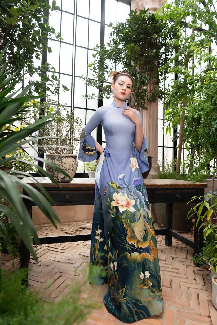 Nhờ đôi bàn tay khéo léo của NTK Đỗ Trịnh Hoài Nam, những mẫu thiết kế hoa sen không chỉ tôn vinh vẻ đẹp của người phụ nữ mà còn ẩn chứa trong đó nhiều nét đẹp văn hóa truyền thống của dân tộc ta từ bao đời nay