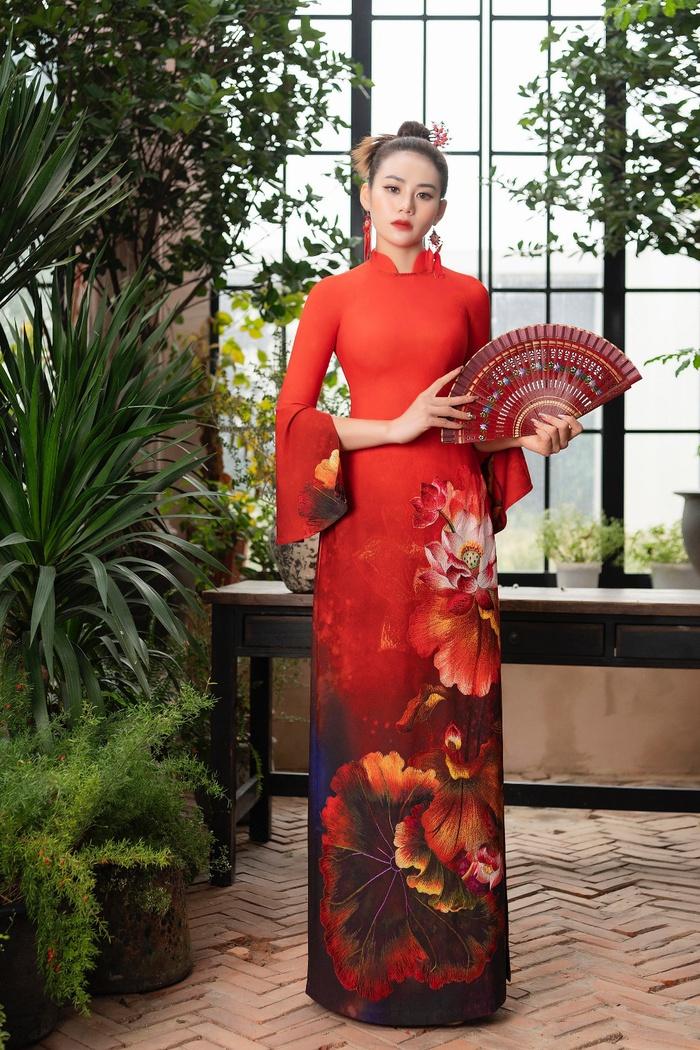 """BST """"Liên Hoa"""" được lấy cảm hứng từ những mùa sen đầu hạ. Những đóa sen ngát hương được chọn lựa làm họa tiết chính cho các mẫu trang phục áo dài truyền thống đến từ thương hiệu Đỗ Trịnh Hoài Nam"""