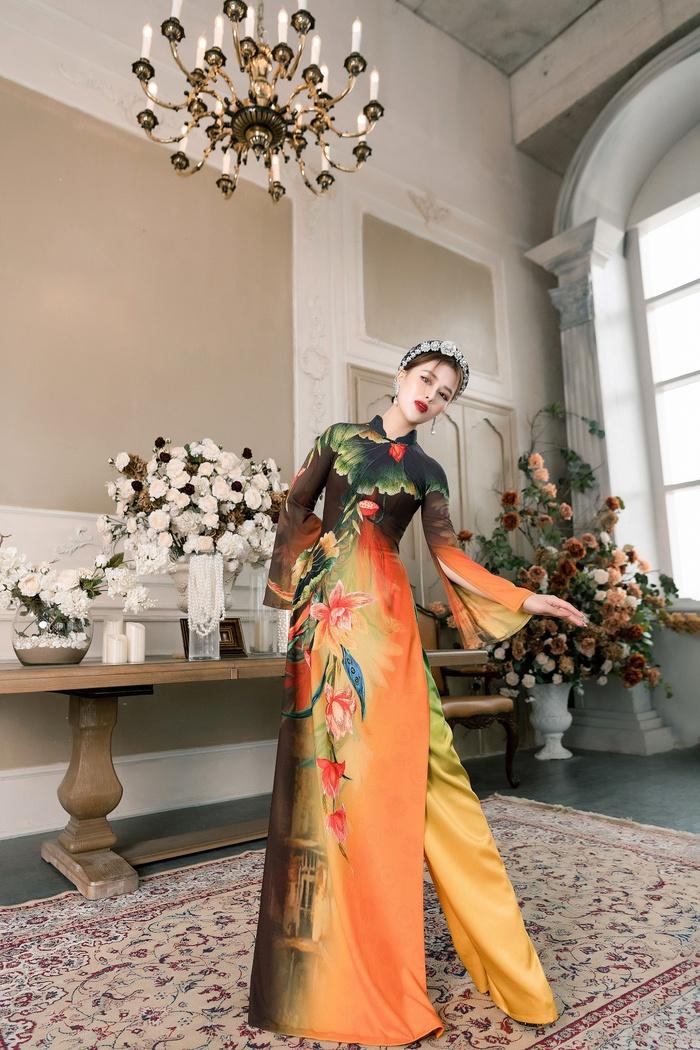 """Mỗi thiết kế đẹp tựa bức tranh với tạo hình hoa sen đẹp mắt. Là một trong hai nàng thơ của BST """"Liên Hoa"""", người mẫu Bảo Ngọc chia sẻ cô rất tự hào mỗi khi được khoác lên mình những thiết kế áo dài mang màu sắc dân gian kết hợp giữa truyền thống và hiện đại"""