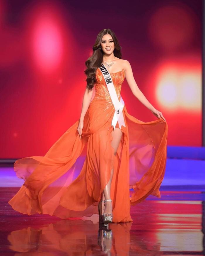 Khánh Vân nổi bật với 3 gam màu rực rỡ trong đêm thi Bán kết Miss Universe - Ảnh 8.