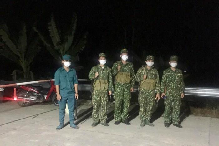 Bộ đội biên phòng căng mình chống dịch ở biên giới, vẫn quyết tâm thực hiện 'nhiệm vụ kép' - Ảnh 4.