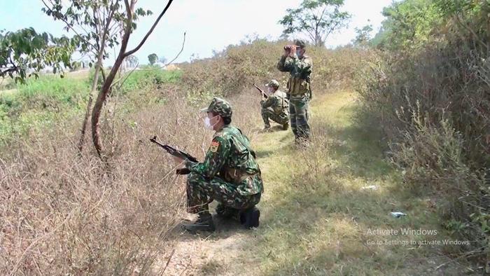 Bộ đội biên phòng căng mình chống dịch ở biên giới, vẫn quyết tâm thực hiện 'nhiệm vụ kép' - Ảnh 2.
