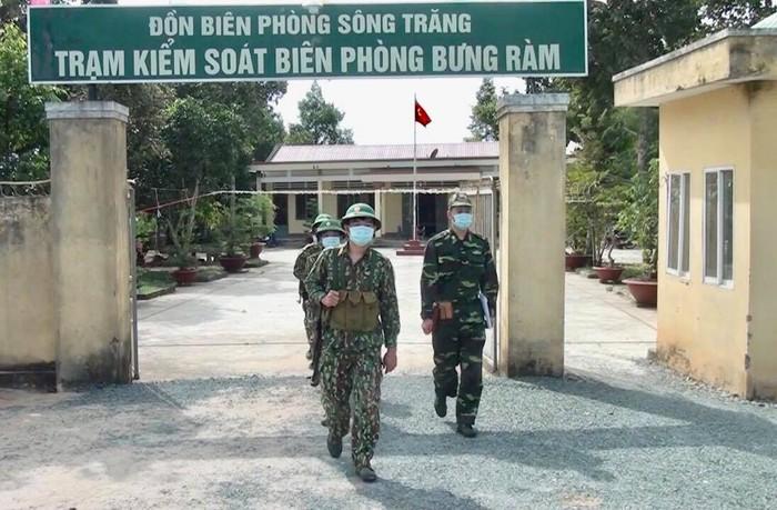 Bộ đội biên phòng căng mình chống dịch ở biên giới, vẫn quyết tâm thực hiện 'nhiệm vụ kép' - Ảnh 1.