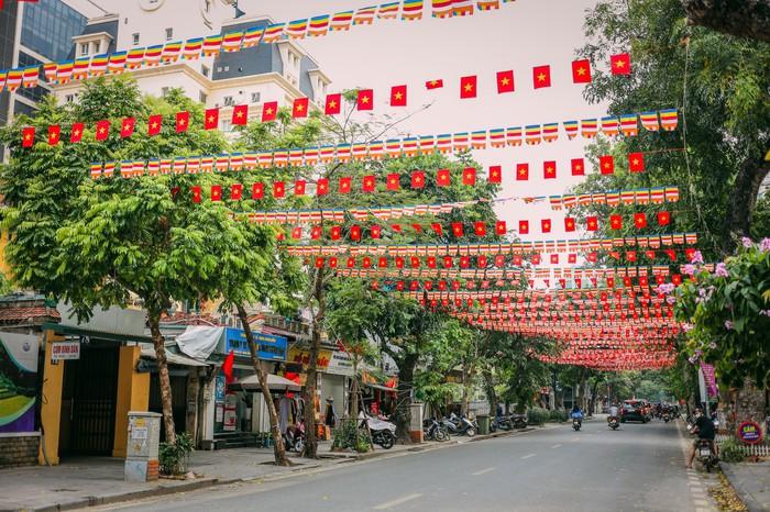 Ngắm vẻ đẹp bình lặng của phố phường Hà Nội những ngày dịch Covid-19 bùng phát - Ảnh 1.
