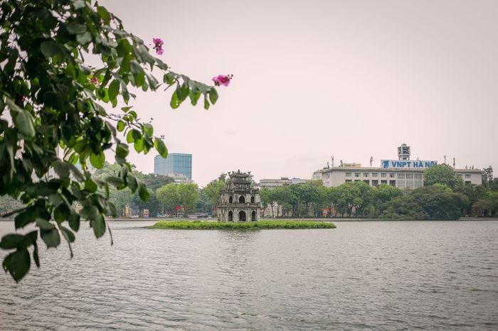Ngắm vẻ đẹp bình lặng của phố phường Hà Nội những ngày dịch Covid-19 bùng phát - Ảnh 4.