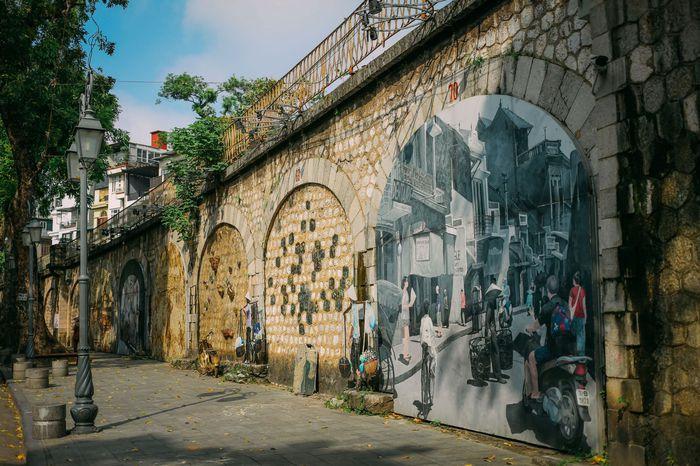 Ngắm vẻ đẹp bình lặng của phố phường Hà Nội những ngày dịch Covid-19 bùng phát - Ảnh 2.