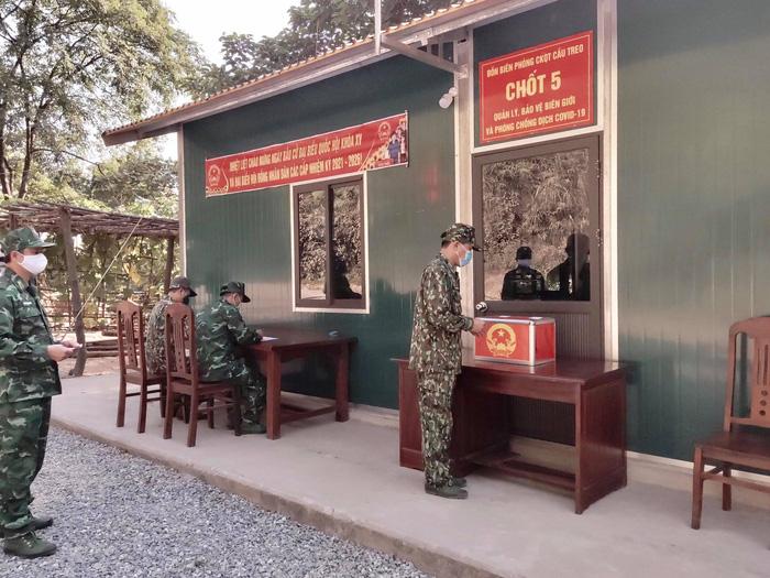 Bộ đội biên phòng cả nước gửi trọn niềm tin qua mỗi lá phiếu ở các điểm bầu cử biên giới - Ảnh 6.