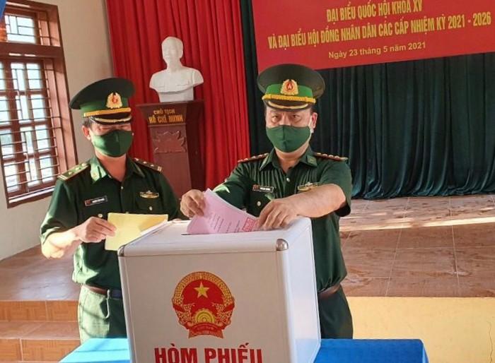 Bộ đội biên phòng cả nước gửi trọn niềm tin qua mỗi lá phiếu ở các điểm bầu cử biên giới - Ảnh 3.