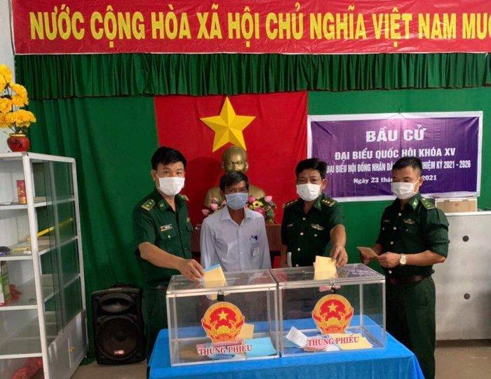 Bộ đội biên phòng cả nước gửi trọn niềm tin qua mỗi lá phiếu ở các điểm bầu cử biên giới - Ảnh 9.